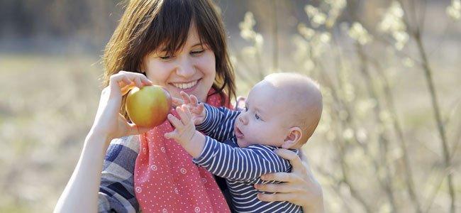 Madre con manzana y bebé