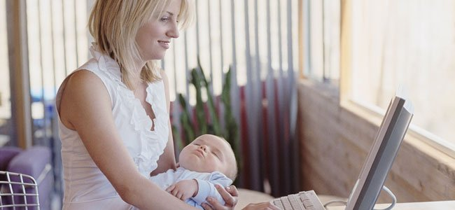 Madre con bebé trabaja