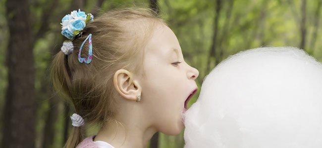 Niña come algodón de azúcar