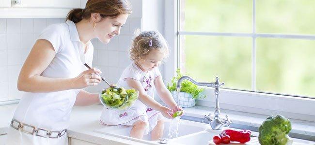 Madre cocina con hija