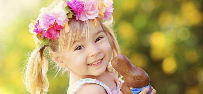 Niña con conejito de Pascua