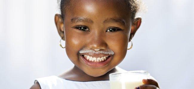 Niña bebe leche