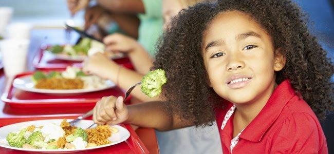 Niña come en el colegio
