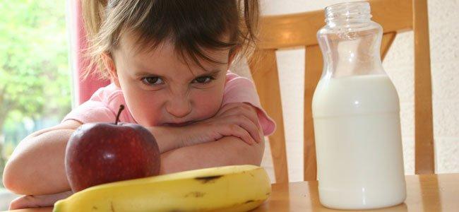 Niña no quiere fruta