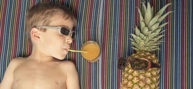 Niño bebe zumo tumbado