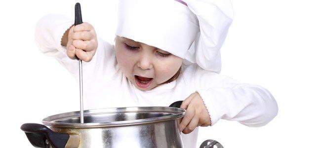 Niño cocina con olla