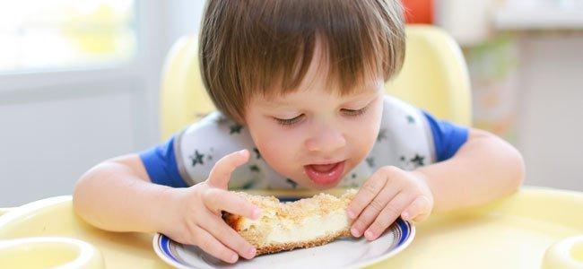 Niño come tarta de queso