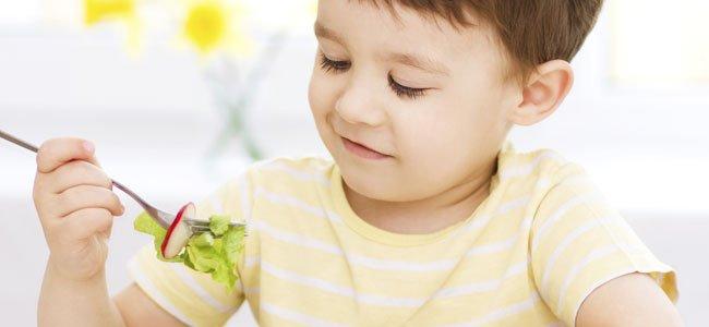 Niño come verduras