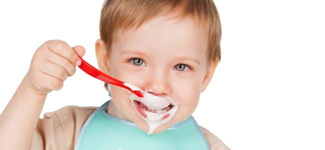 Niño come yogur