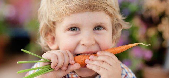 Niño come zanahoria