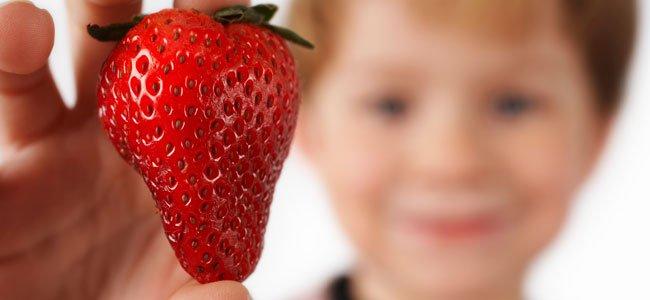 Niño con fresa