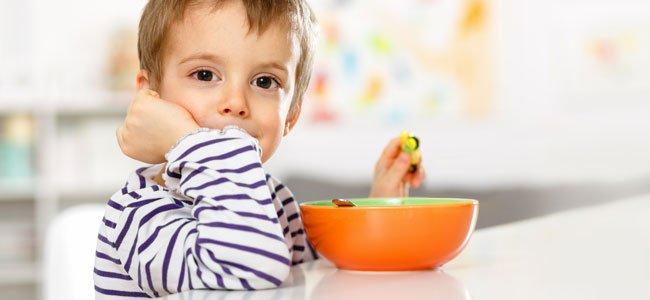 Niño desayuna cereales