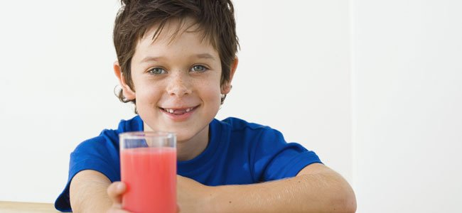 Niño con zumo