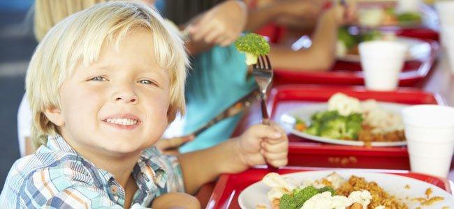 Niño come en comedor