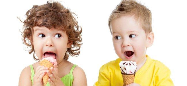 Niños comen helados