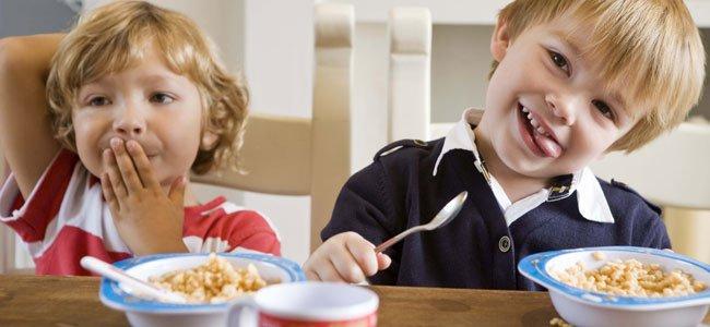 Niños comen legumbres