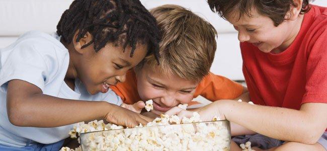 Niños con palomitas