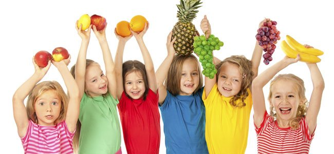 Niños con frutas de colores