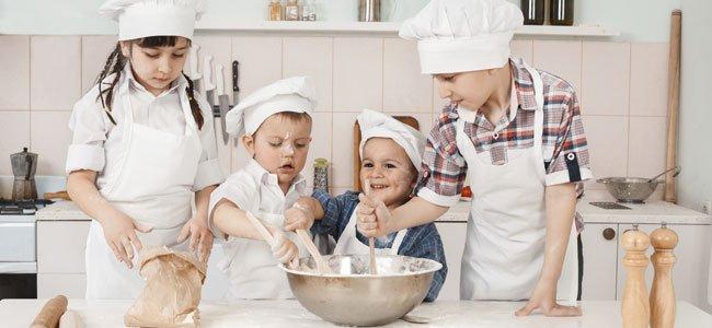 Niños cocinan galletas