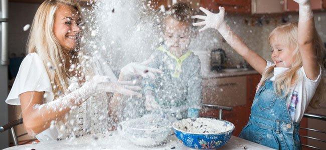 Niños en la cocina tiran harina
