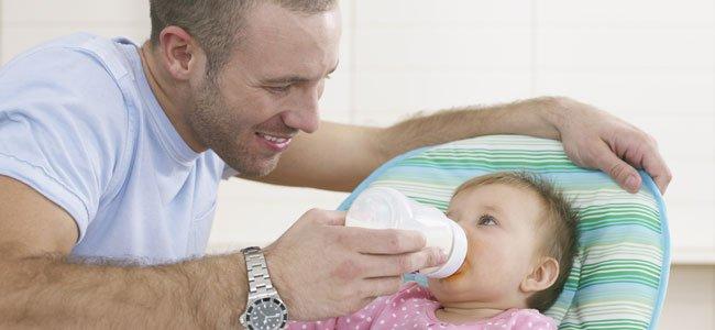 Padre da el biberón al bebé