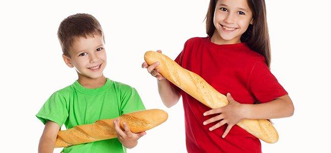 Niño comiendo pan