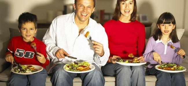 Errores de comer con niños delante de la televisión