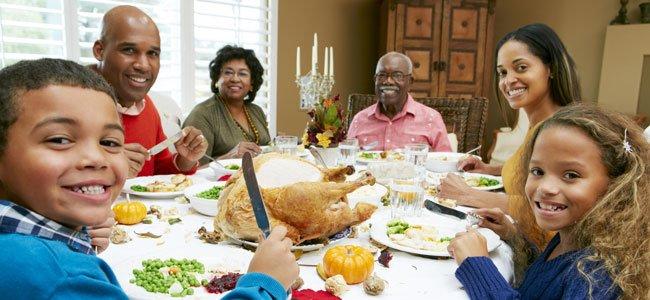 Familia en torno a una mesa