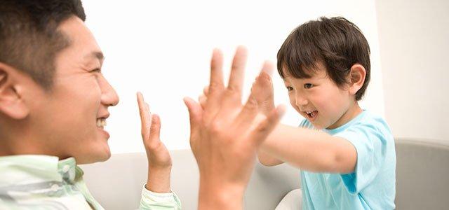 Padre juega a palmas con su hijo