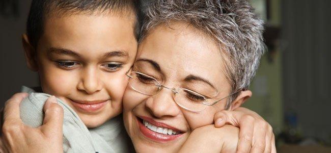Abuela abraza nieto
