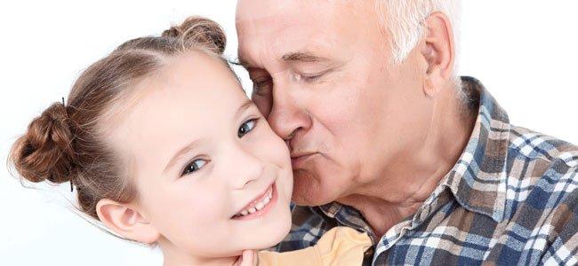 Abuelo besa a niña