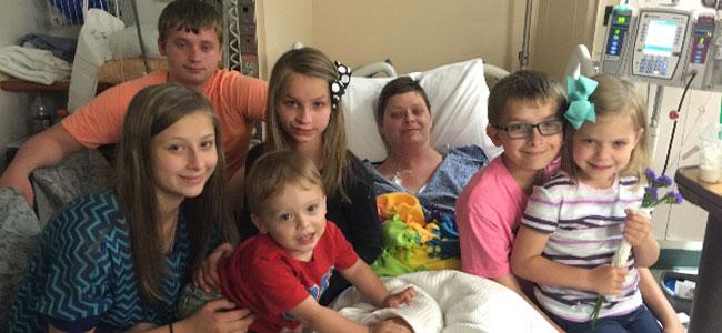 La conmovedora historia de la pareja que adoptó a los seis hijos de su amiga tras morir de cáncer