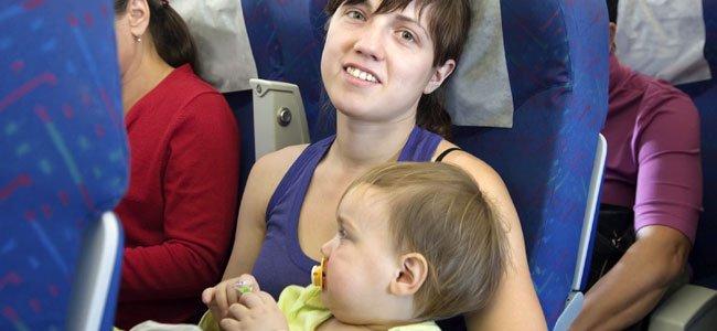 El primer viaje del bebé en avión