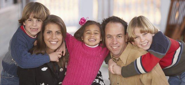 Familia con hijos adoptados