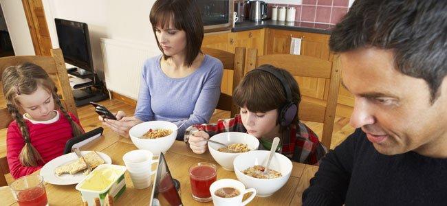 Familia con aparatos electrónicos