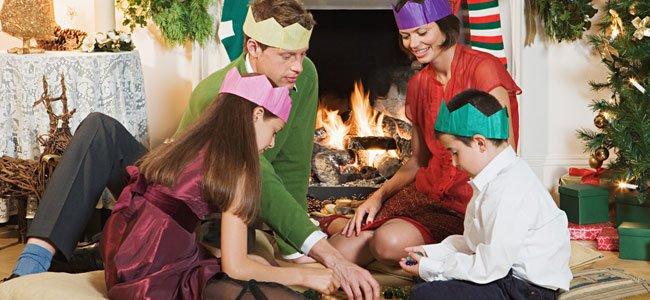 Familia juega junto a chimenea