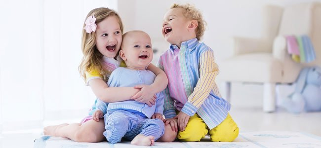 Hermanos ríen