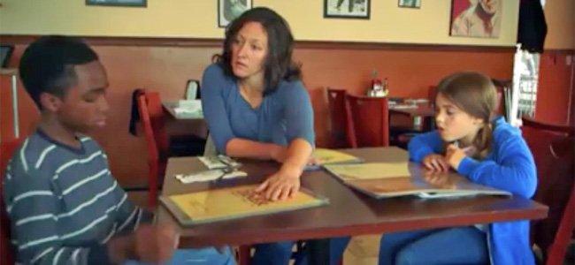 Madre con hijos en restaurante