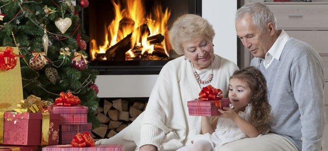Abuelos con nieta en Navidad