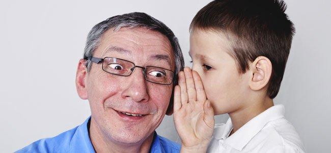 Niño cuenta secreto a abuelo