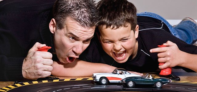 Padre juega con su hijo a los coches