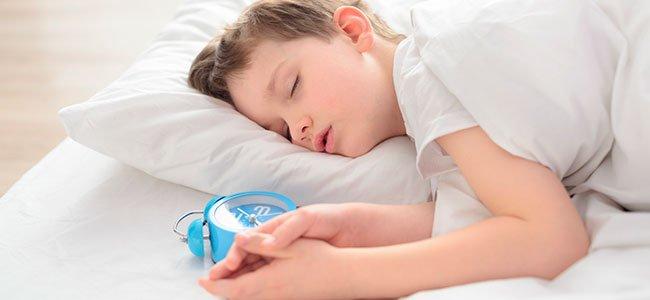 Trucos para ayudar al niño dormilón a madrugar