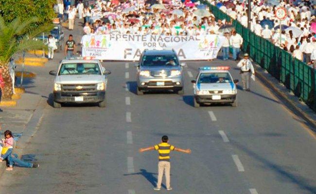 El niño que intentó impedir una marcha en México