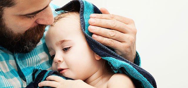 Padre arropa bebé