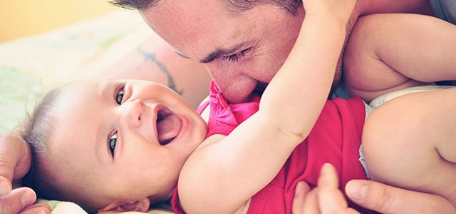 Padre con bebé risueño