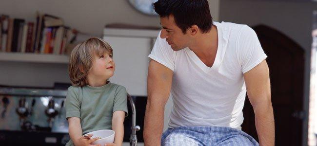 Padre habla con hijo