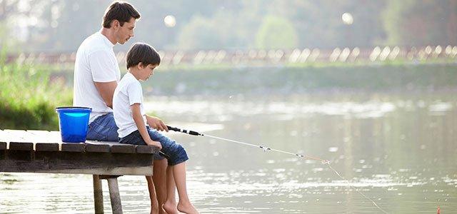 Padre pesca con su hijo