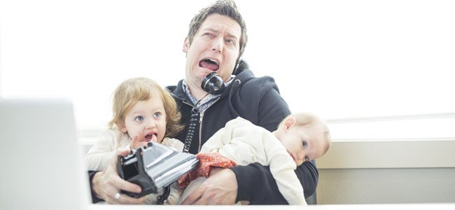 Padre desesperado con hijos