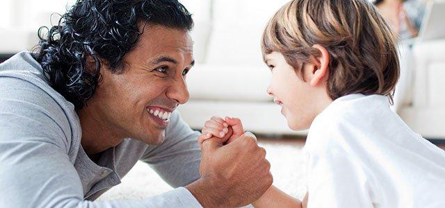 Padre echa pulso con su hijo
