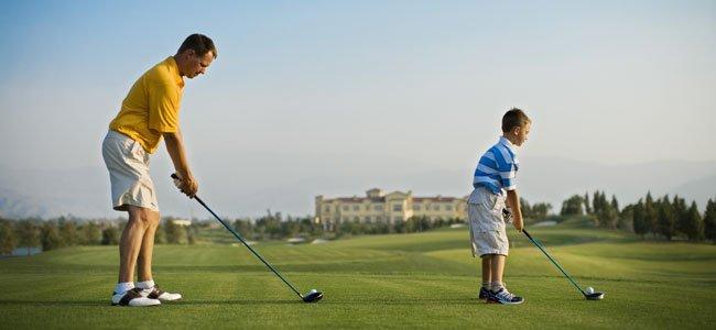 Padre e hijo juegan al golf